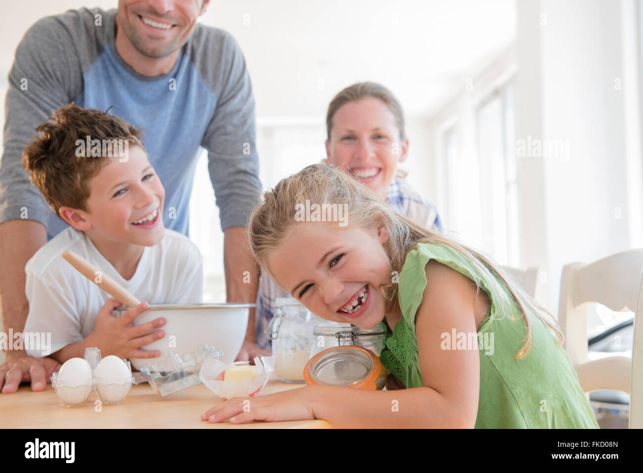 Famille avec deux enfants (6-7, 8-9) de préparer des aliments, rire Photo Stock