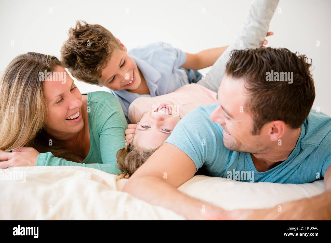 Famille avec deux enfants (6-7, 8-9) dans la chambre Banque D'Images