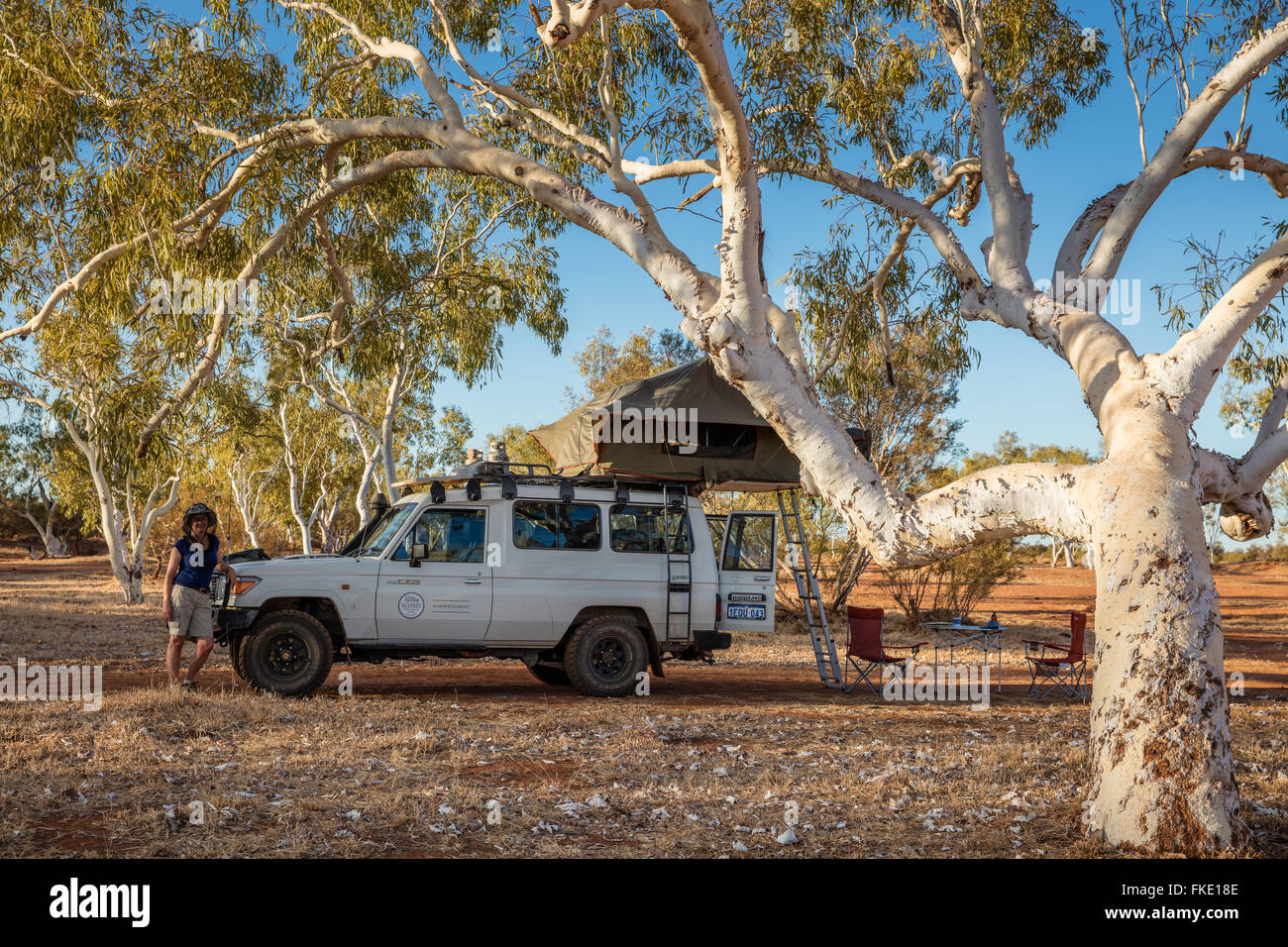 Wendy & le Troopy en camping dans l'Outback, l'Australie Occidentale Photo Stock