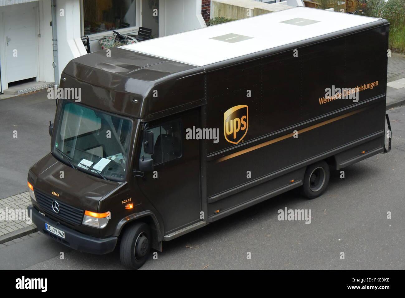 Service de colis UPS voiture post Photo Stock