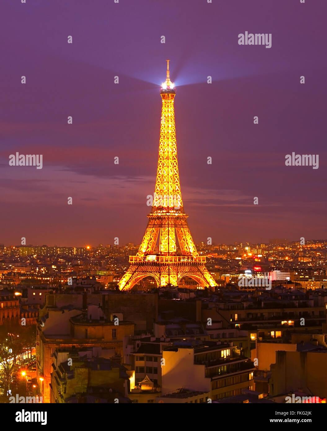 Tour Eiffel Light Show performance pendant la nuit. Photo Stock