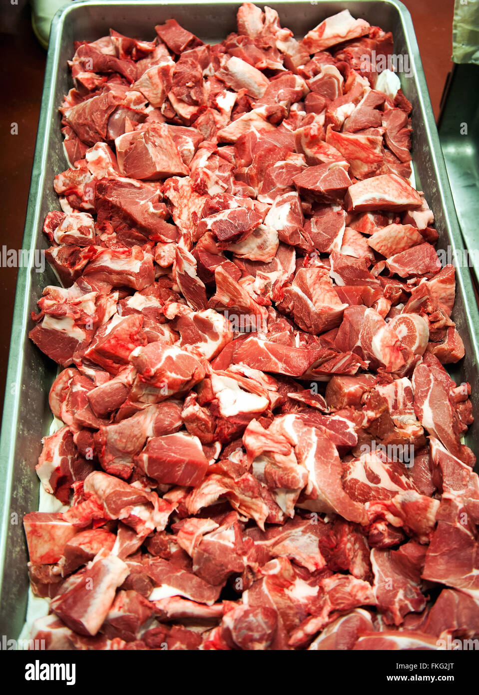 Vue en gros dans le plateau métallique remplie de dizaines de matières, côtelette de porc transformés Photo Stock