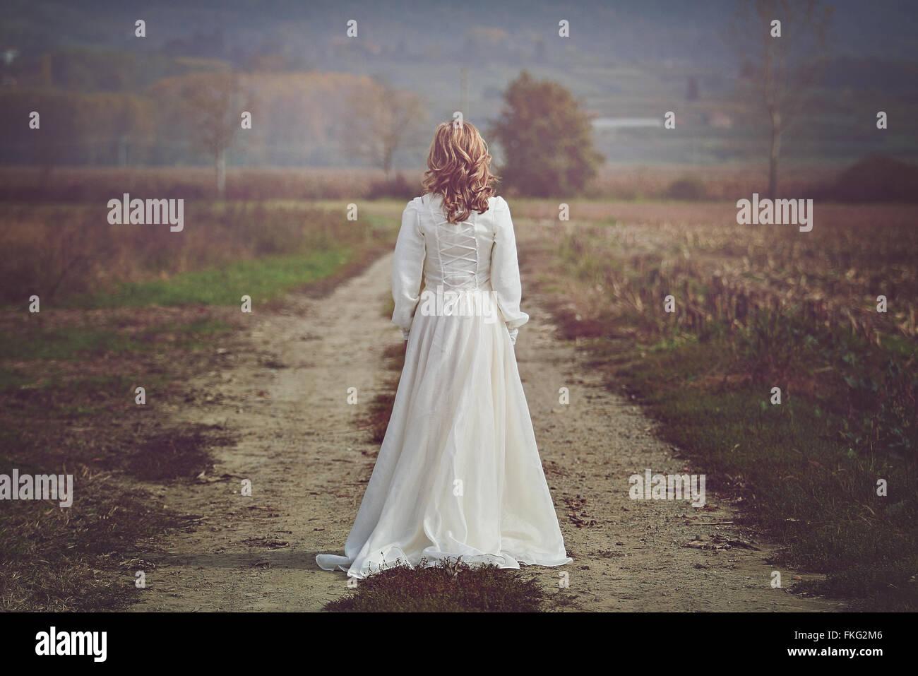 Mariée avec belle robe des champs dans le pays. Pureté et d'innocence Photo Stock