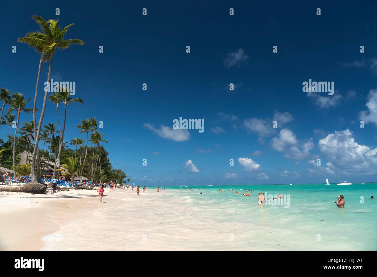 Plage de sable fin bordée de palmiers de Playa Bavaro, Punta Cana, République dominicaine, Caraïbes, Photo Stock