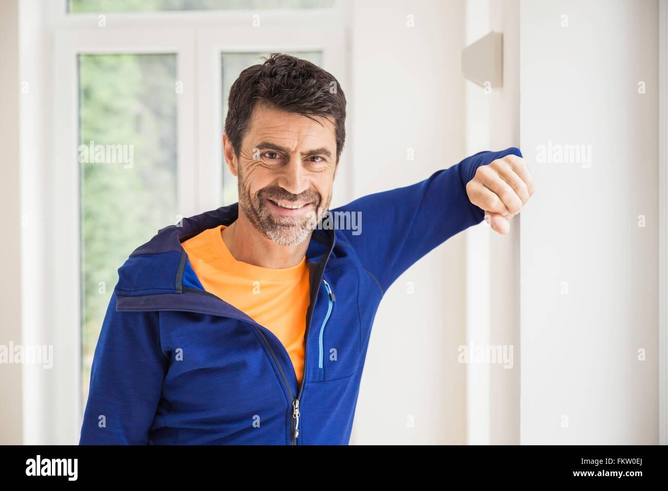Portrait of mature man wearing Tracksuit top à la maison Photo Stock