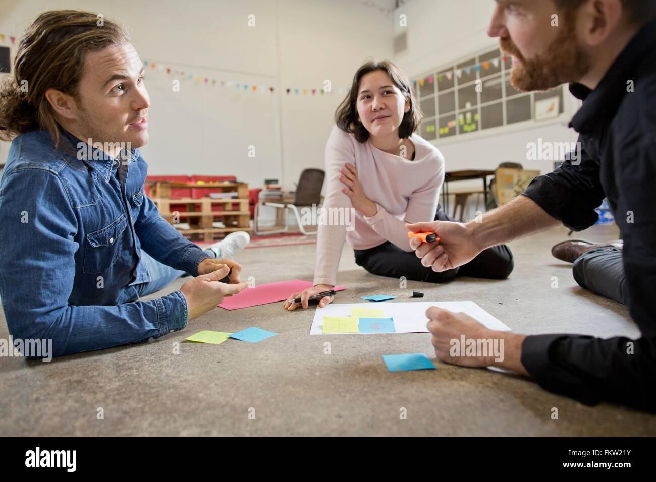 Les Gens en réunion de brainstorming Photo Stock