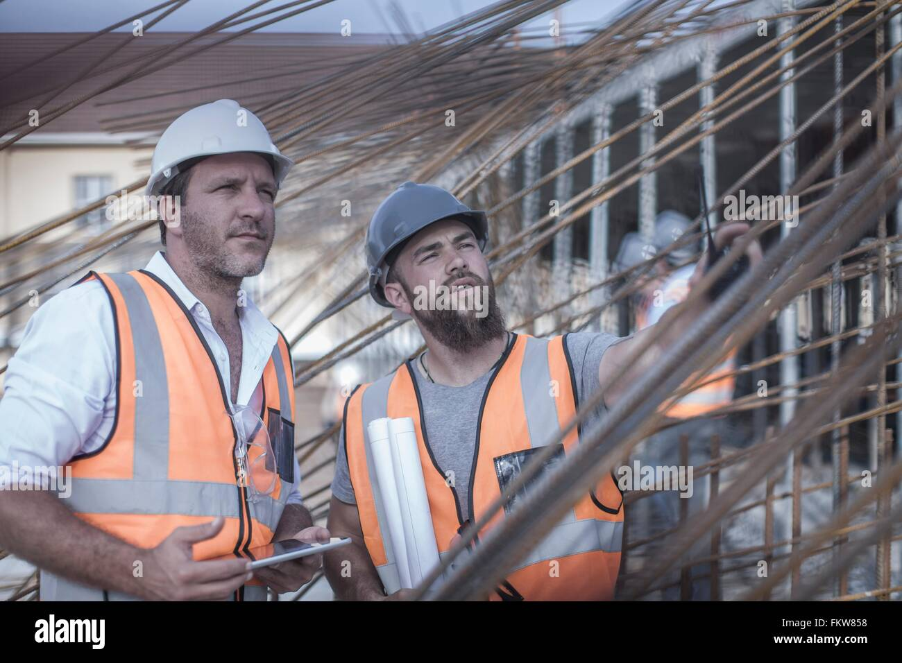 Site manager et builder discuter sur des structures en acier, construction site Photo Stock