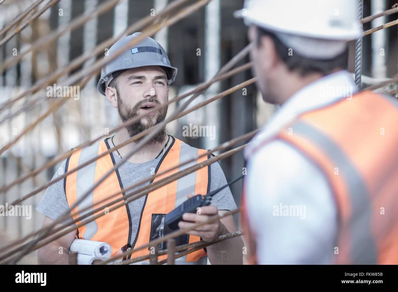 Site manager et builder discuter des tiges d'acier on construction site Photo Stock