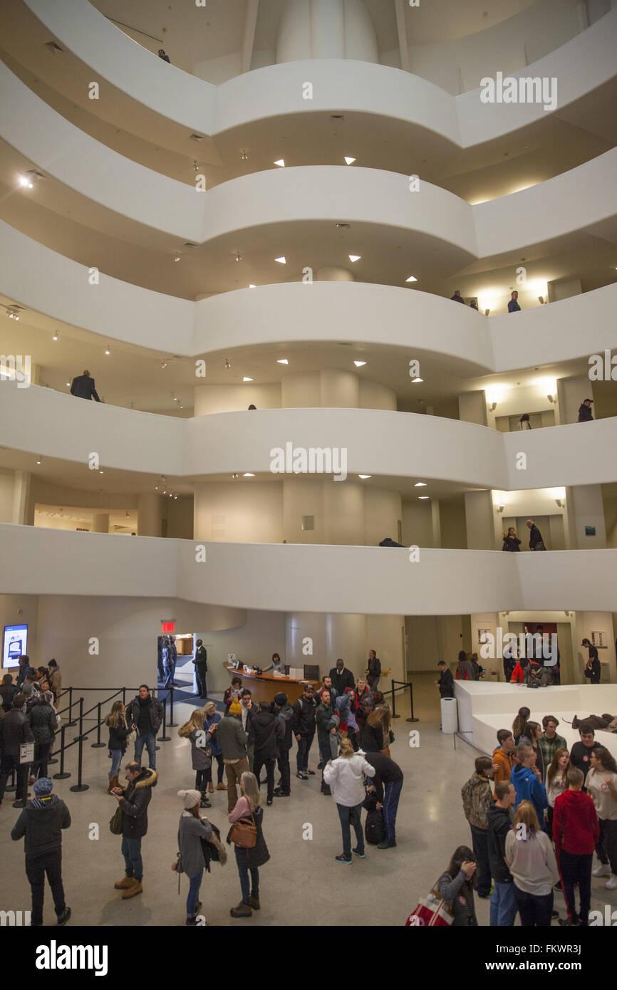L'intérieur du Musée Guggenheim, conçu par Frank Loyd Wright. NY City. Banque D'Images