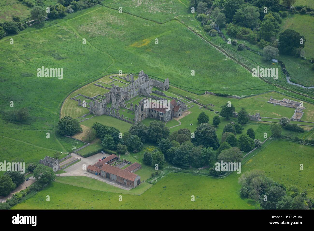 Une vue aérienne des ruines du château d'Acre prieuré à Norfolk Photo Stock