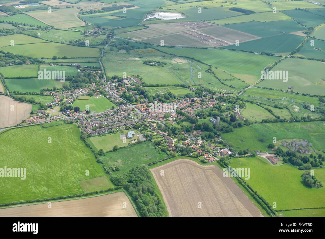 Une vue aérienne du village de Castle Acre de Norfolk et la campagne environnante Photo Stock