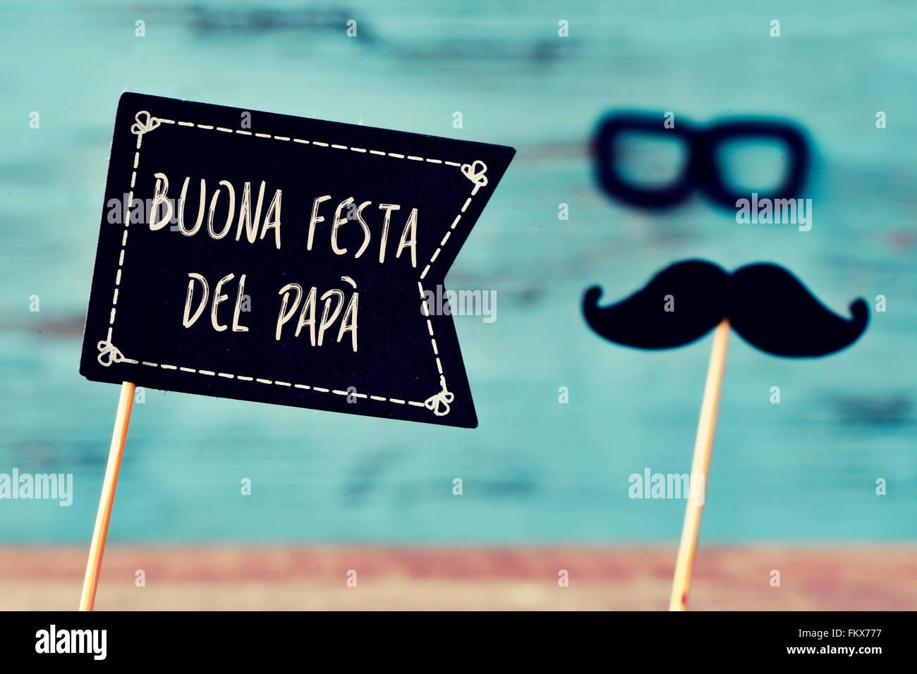 Une pancarte en forme de drapeau noir avec le texte buona Festa del Papa, happy fathers day en italien, et une moustache Photo Stock