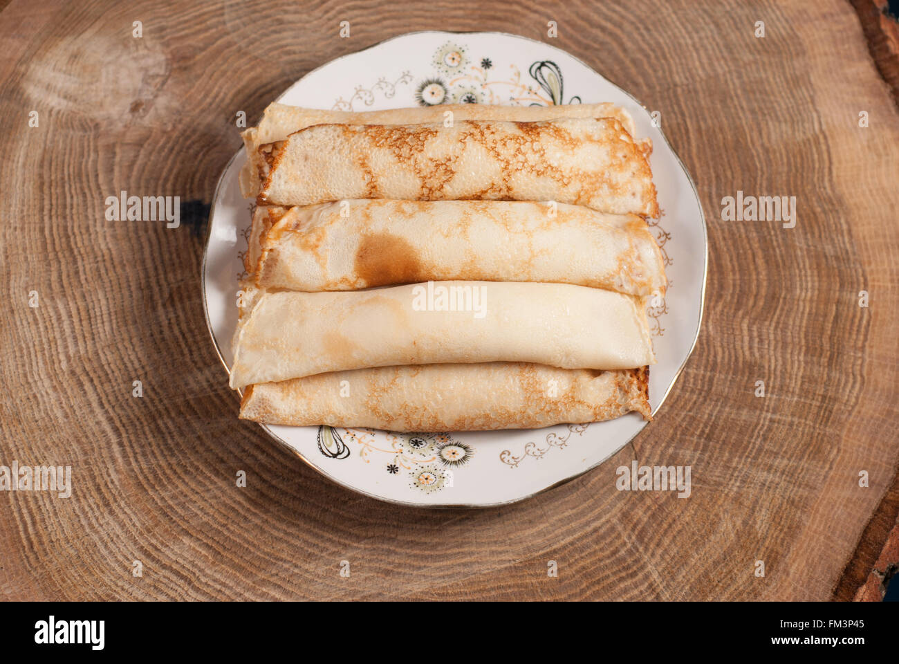 Des crêpes avec du fromage cottage sur table en bois Photo Stock