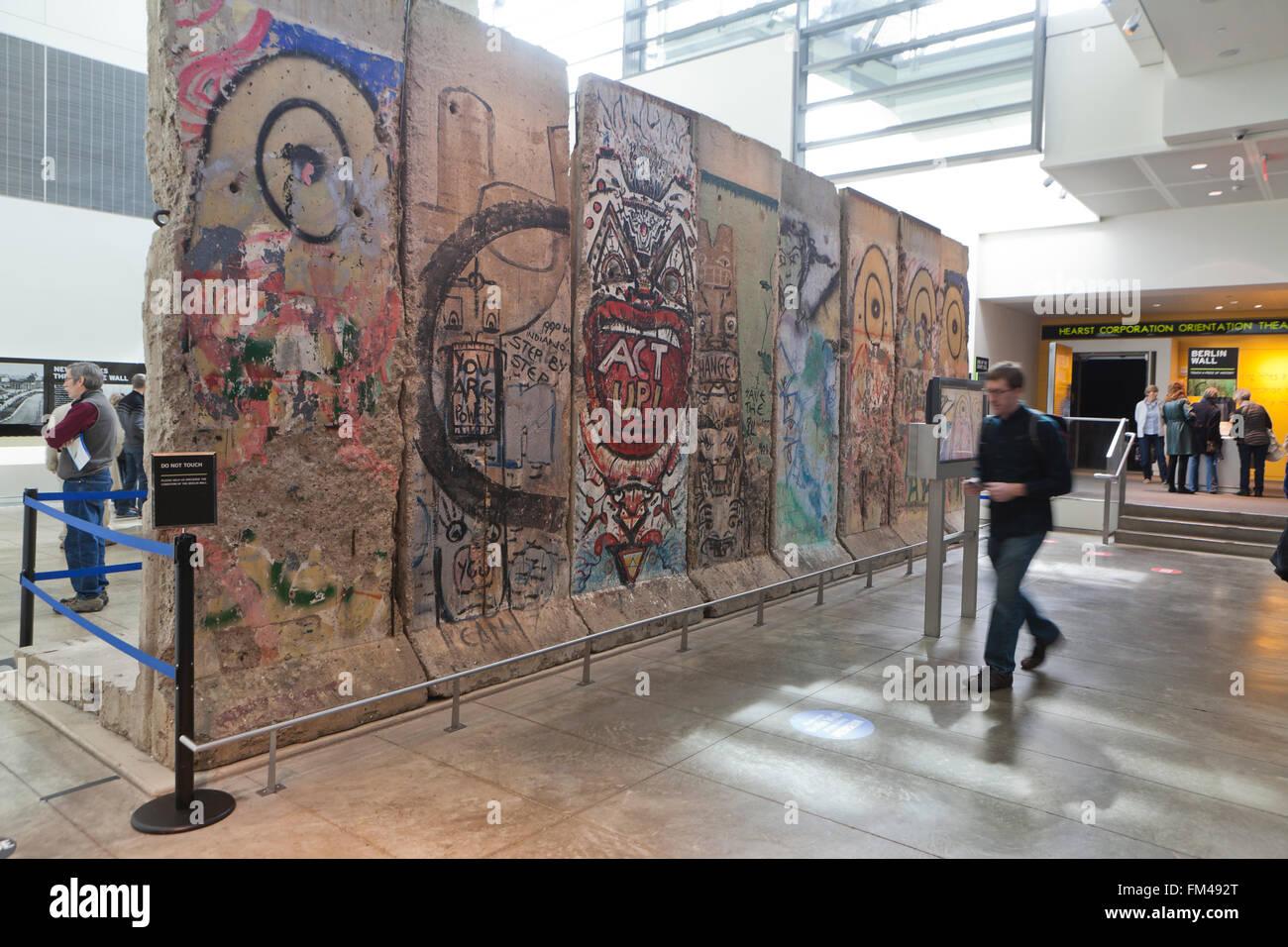Sections du mur de Berlin sur l'affichage à l'Newseum - Washington, DC USA Photo Stock