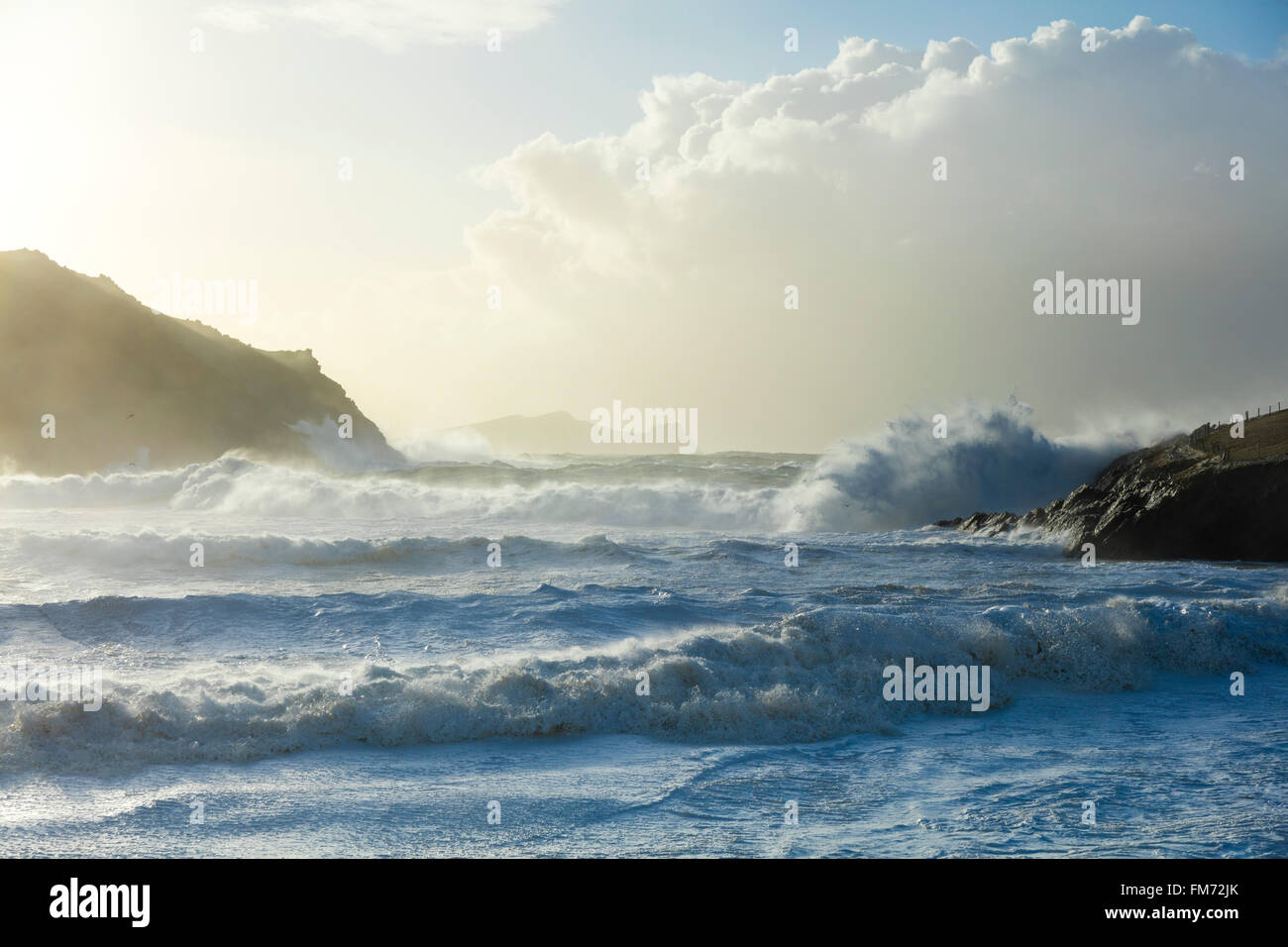 Vagues de tempête dans la baie de Clogher, péninsule de Dingle, comté de Kerry, Irlande. Banque D'Images