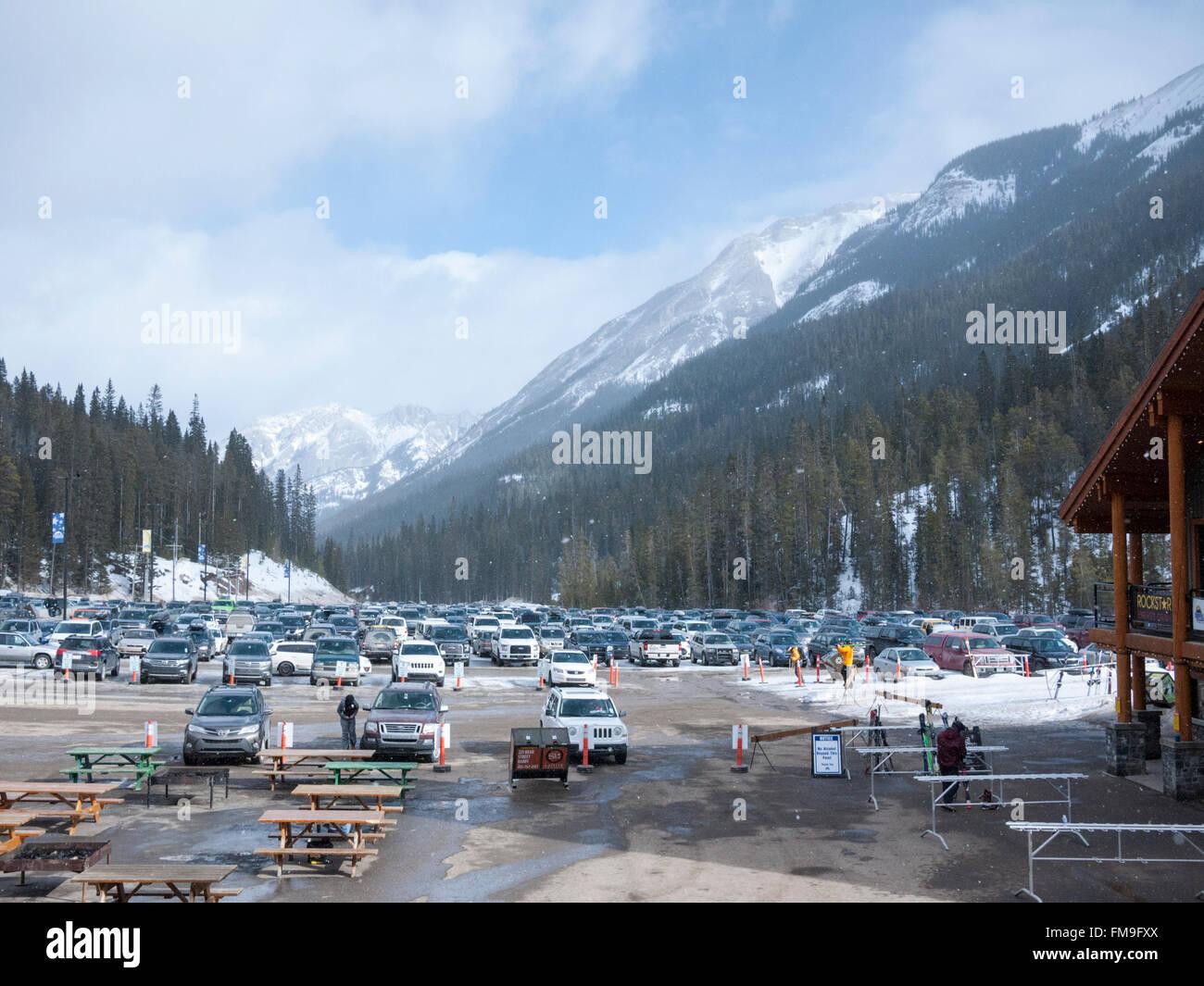Les skieurs et le parking à la station de ski Sunshine Village Canada Banff Photo Stock