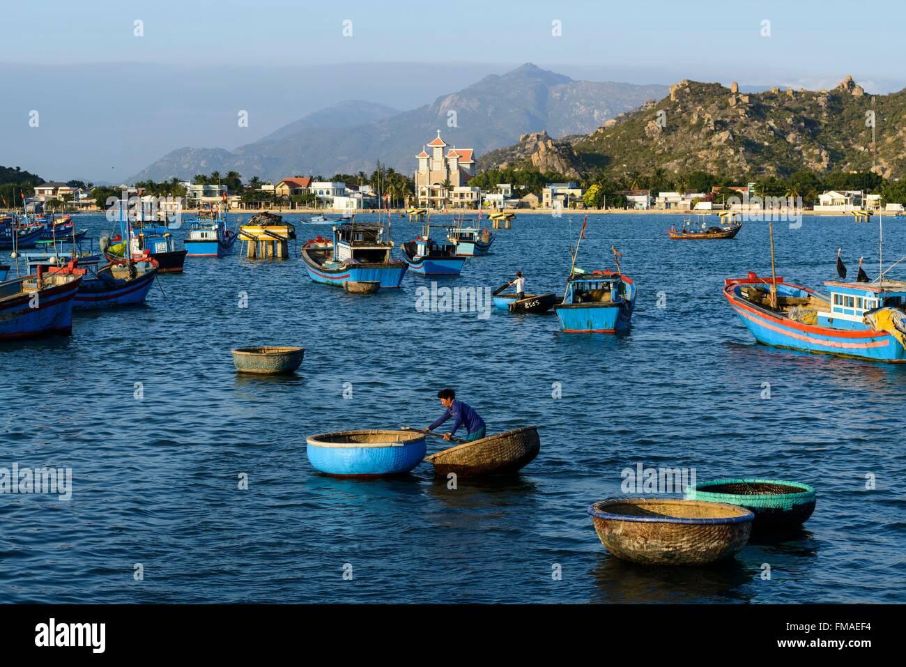Vietnam, Ninh Thuan province, Phan Rang, le port de pêche avec l'église en arrière-plan Photo Stock