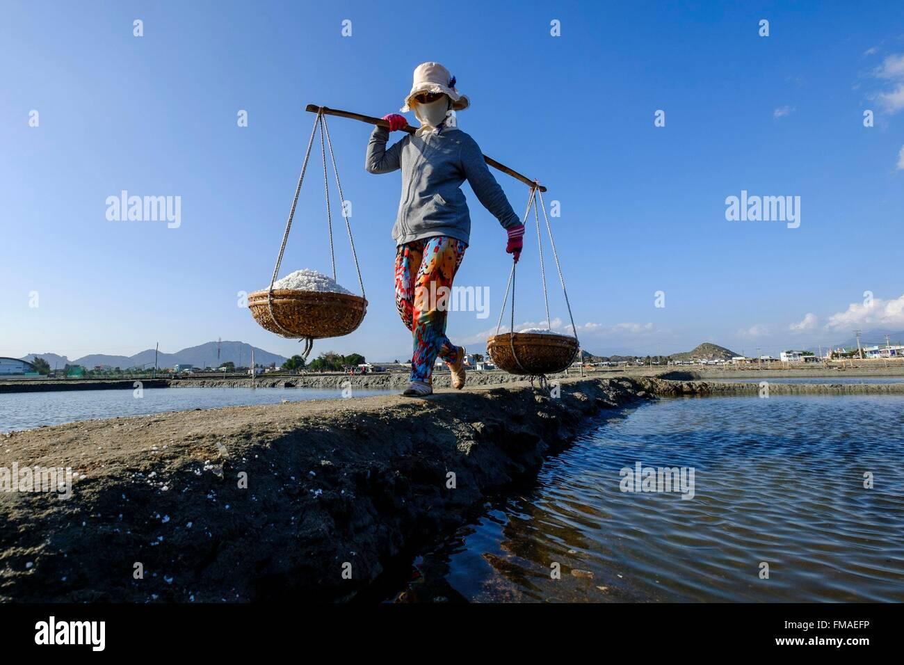 Vietnam, Ninh Thuan province, Phan Rang, salin, la récolte du sel dans les salins Photo Stock