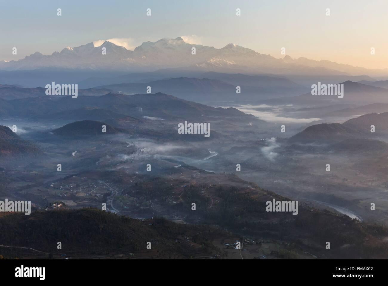 Le Népal, Gandaki zone, Bandipur, Himalaya et de la brume dans la vallée au lever du soleil Photo Stock