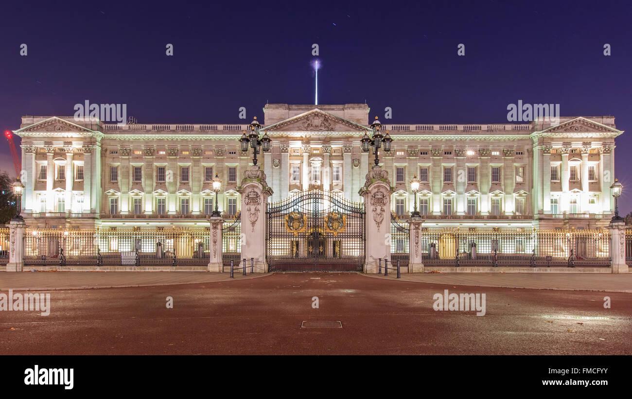 Voyageant dans le célèbre palais de Buckingham, London, Royaume-Uni autour de Twilight Photo Stock