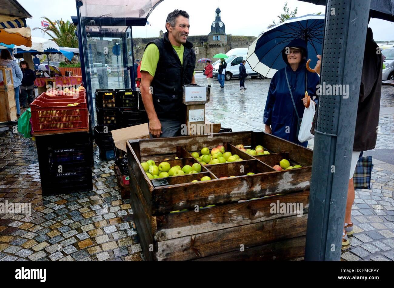 La France, Finistère, le marché, le vendeur apple stall Photo Stock