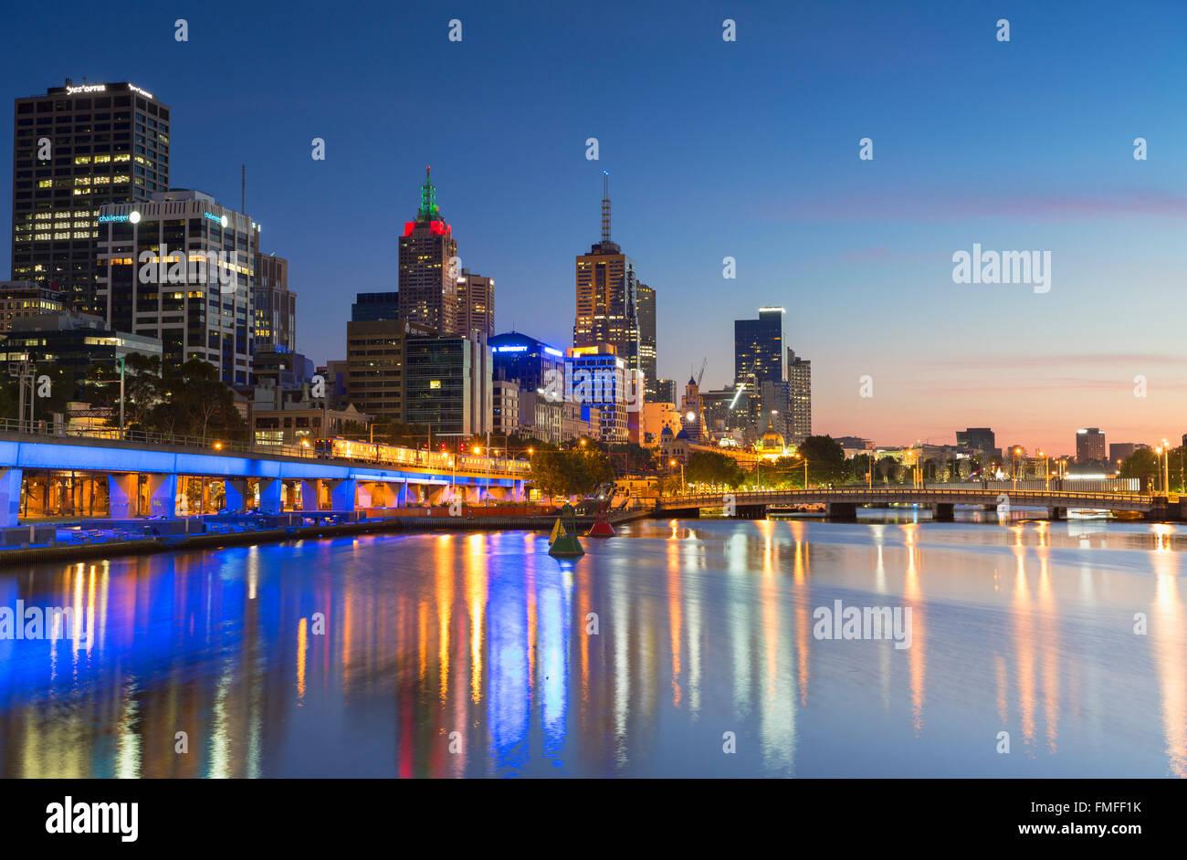 Skyline le long de la rivière Yarra, à l'aube, Melbourne, Victoria, Australie Photo Stock