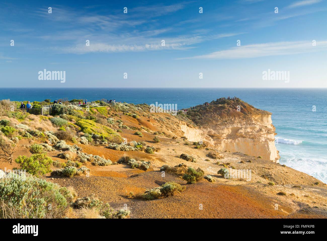 Les gens sur l'affichage de la plate-forme des douze apôtres, Port Campbell National Park, Great Ocean Photo Stock