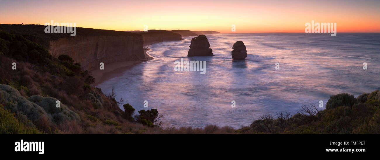 Douze Apôtres à l'aube, Port Campbell National Park, Great Ocean Road, Victoria, Australie Photo Stock