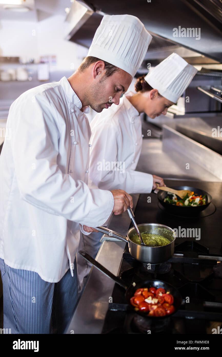 Chef de préparer des aliments dans le kitche Photo Stock