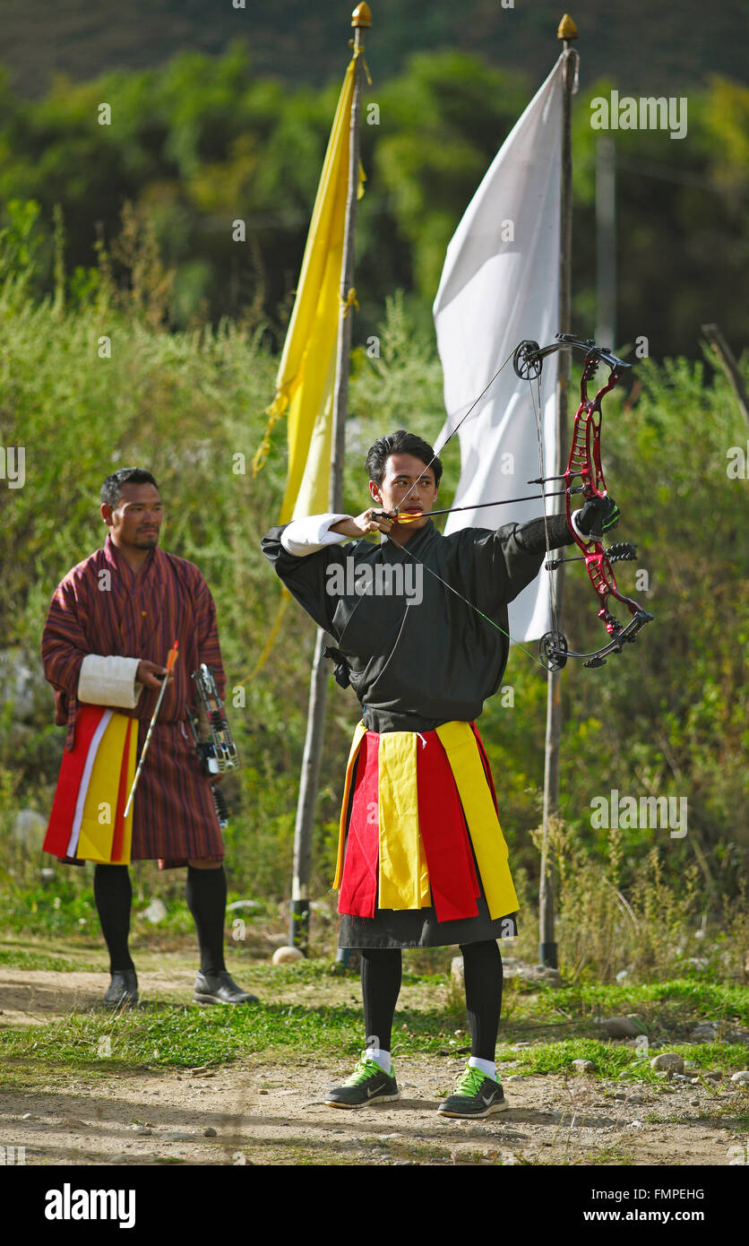 Archers et haute technologie port bow Gho robes, paro paro province, Royaume du Bhoutan Photo Stock