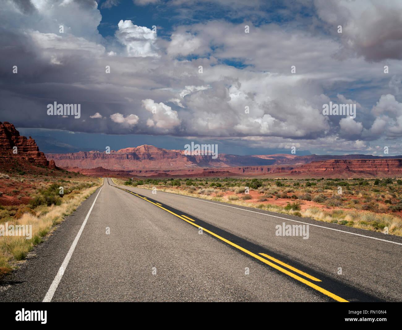 La route et les montagnes avec les nuages de tempête. Scenic Byway Hwy 95, Glen Canyon National Recreation Photo Stock