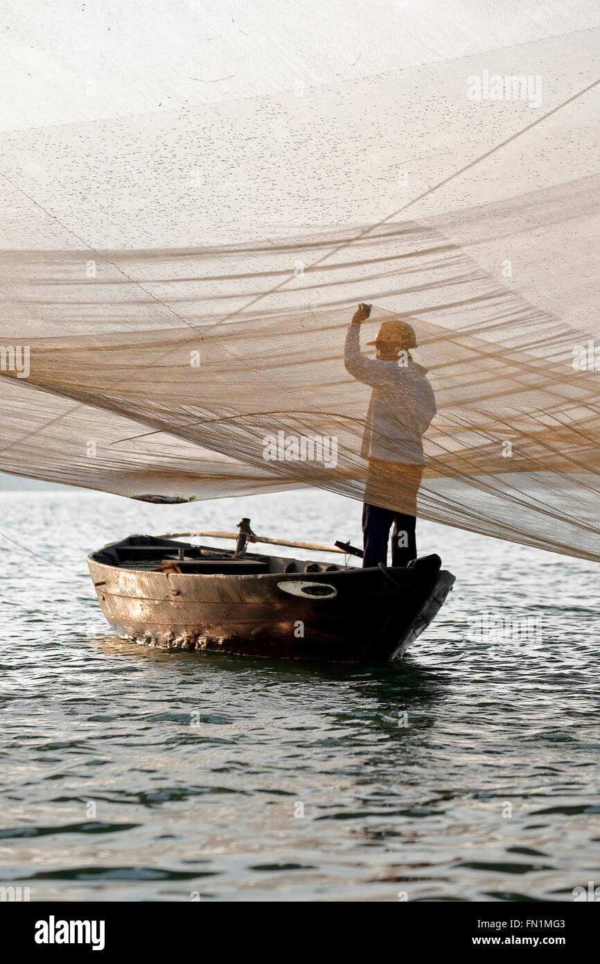 Tendant son filet de pêcheur, rivière Thu Bon, Hoi An, Vietnam Photo Stock