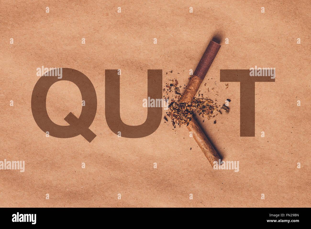 Top cigarette cassée sur du papier brun, cesser de fumer, concept rétro chaud ton image. Photo Stock