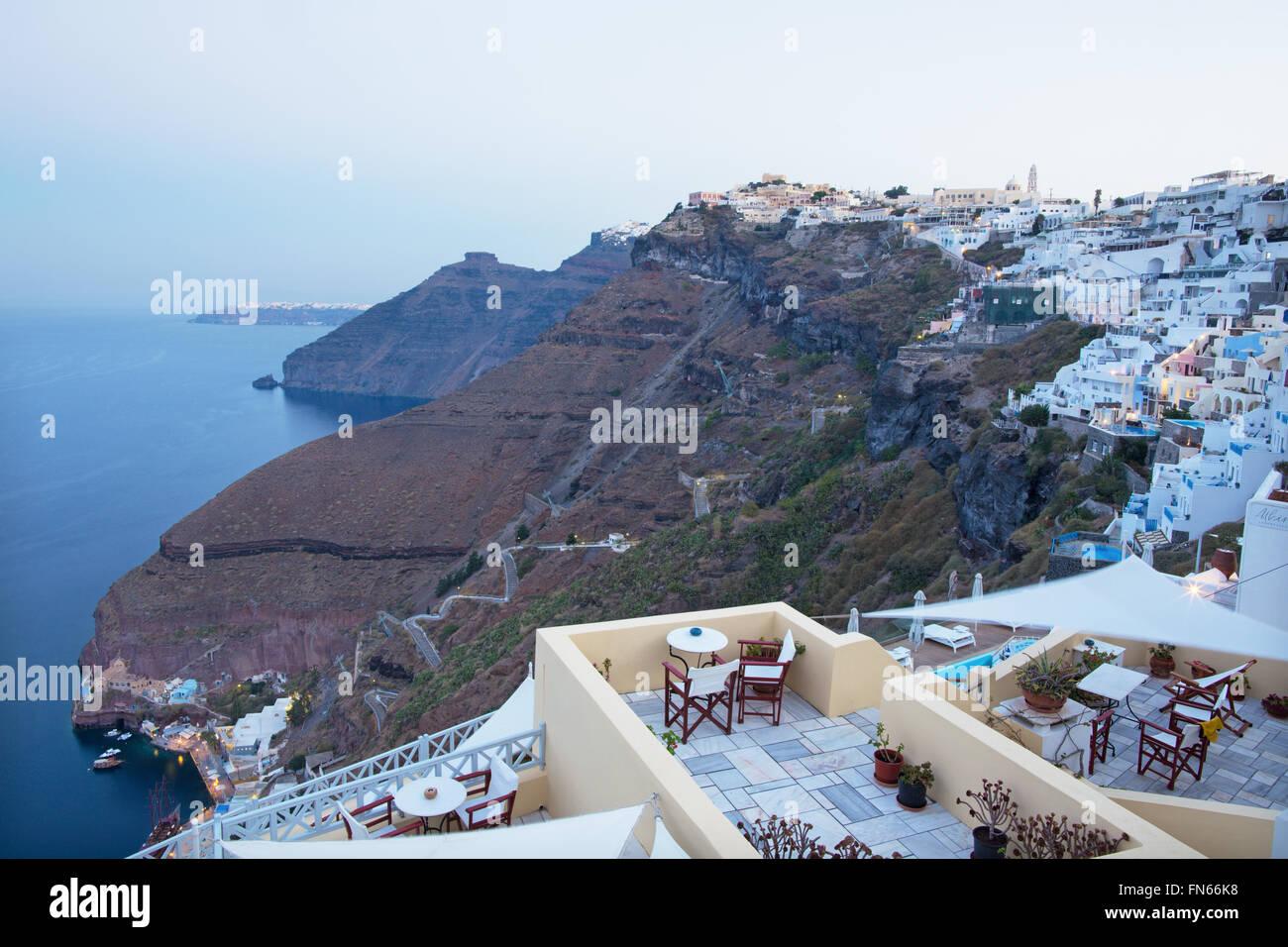 Santorin, GRÈCE - Octobre 6, 2015: Le crépuscule du matin à Fira et le Firostefani Photo Stock