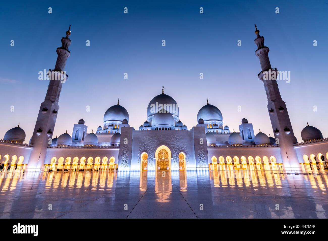 Cour de la Grande Mosquée de Sheikh Zayed à Abu Dhabi capturé au coucher du soleil Photo Stock