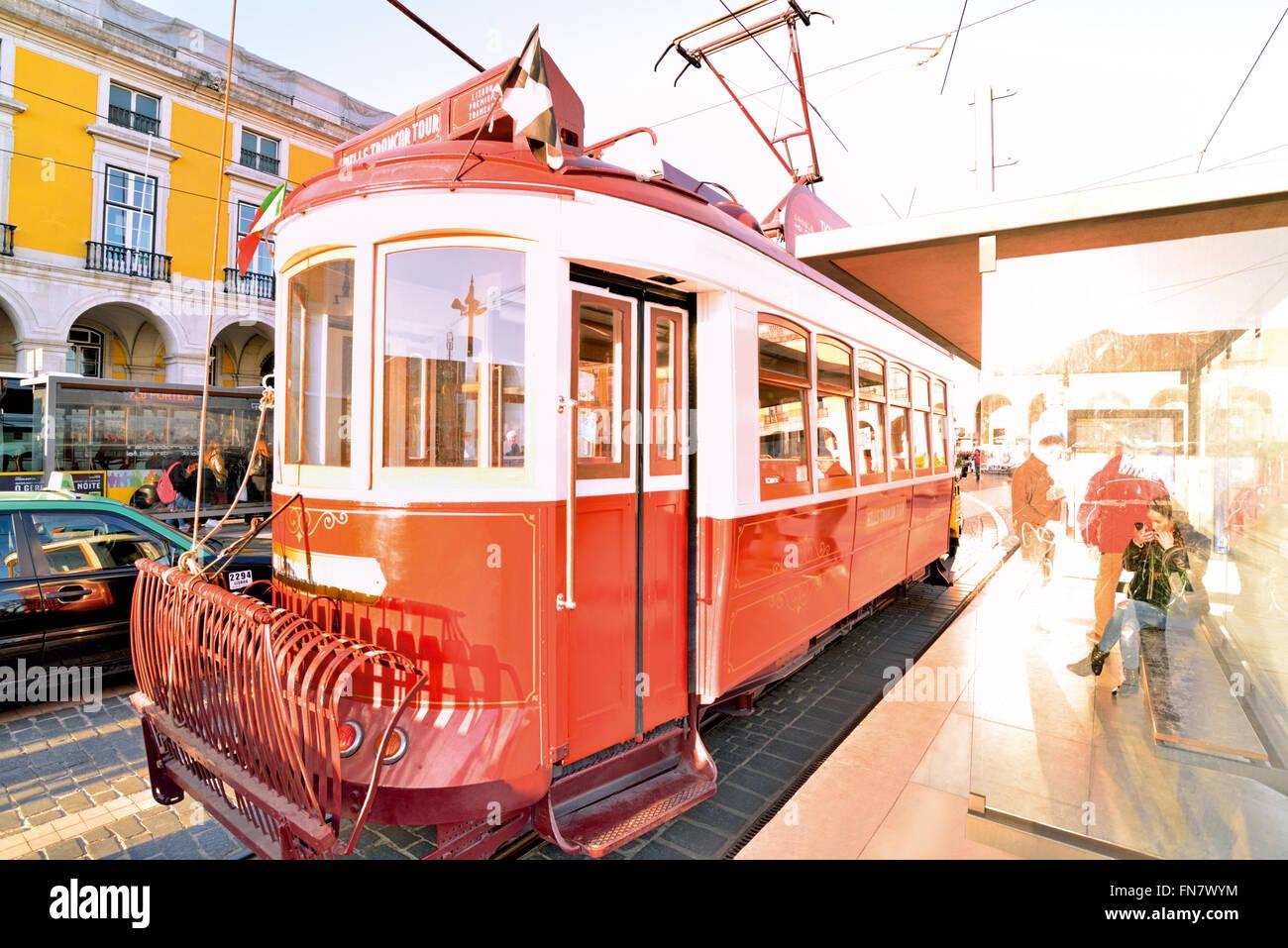 Portugal, Lisbonne: l'arrêt de tramway rouge historique à Praca do Comercio Photo Stock