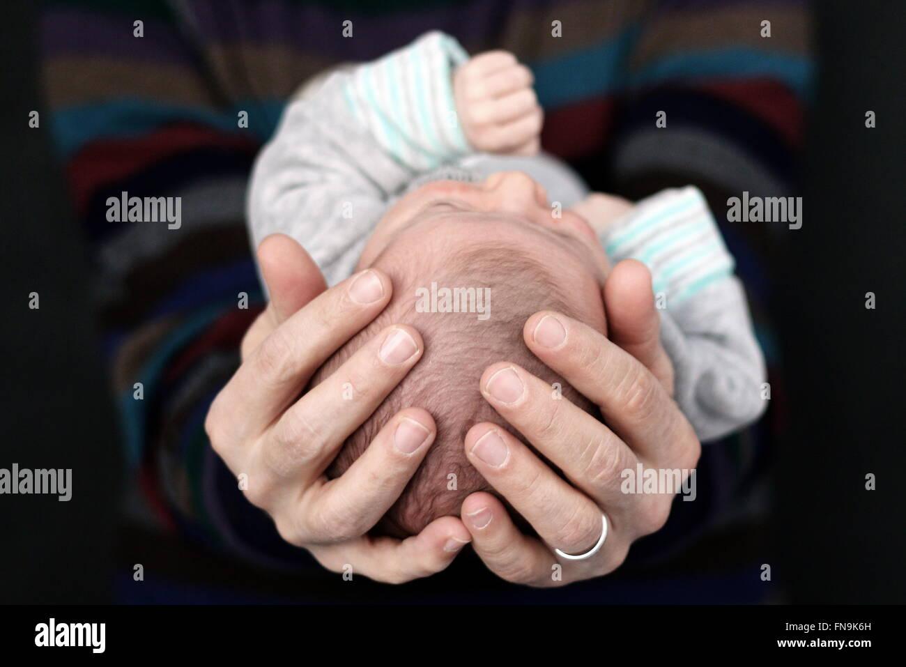 Père holding newborn baby boy Banque D'Images
