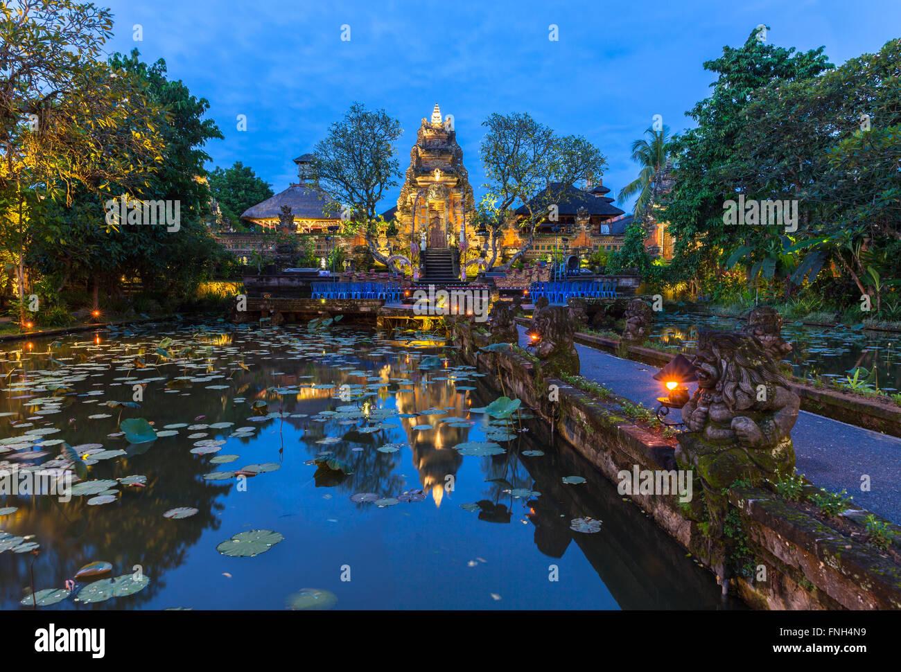 Temple Pura Saraswati avec bel étang de lotus au crépuscule avant le spectacle de danse, Ubud, Bali, Indonésie Photo Stock
