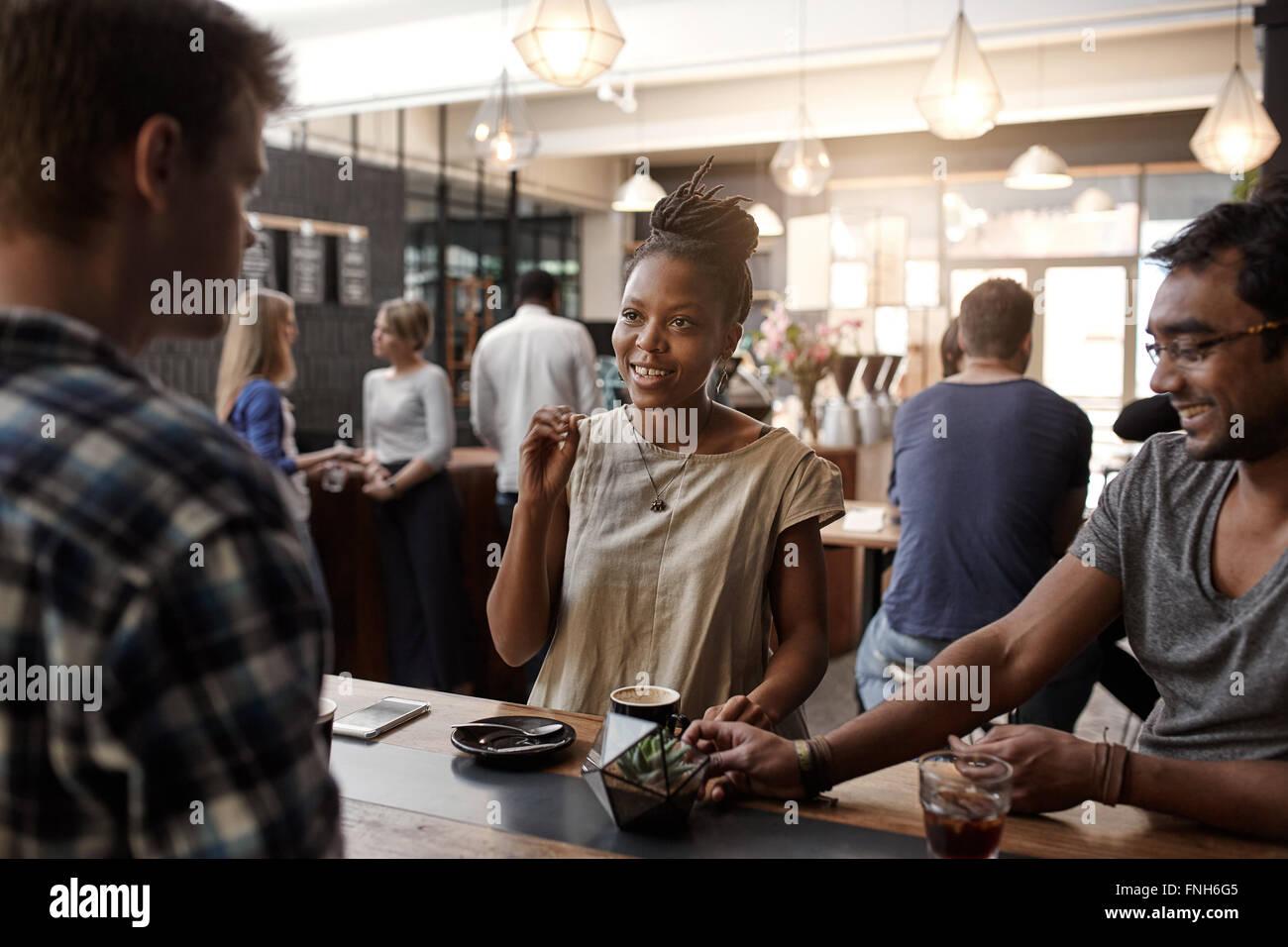 African woman entrepreneur avoir une réunion dans un coffee shop Photo Stock