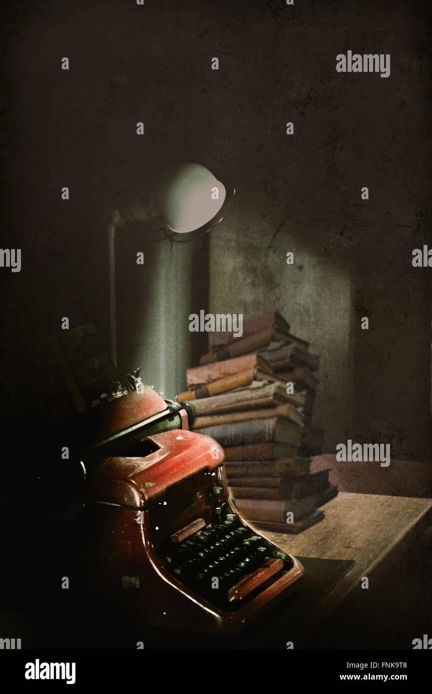 Bureau de l'écrivain avec la machine de frappe et de vieux livres Photo Stock
