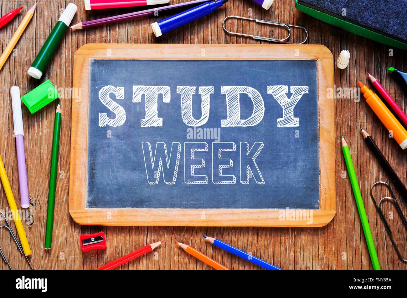 Capture d'un grand angle d'une table en bois rustique avec quelques crayons et marqueurs et un tableau sur Photo Stock
