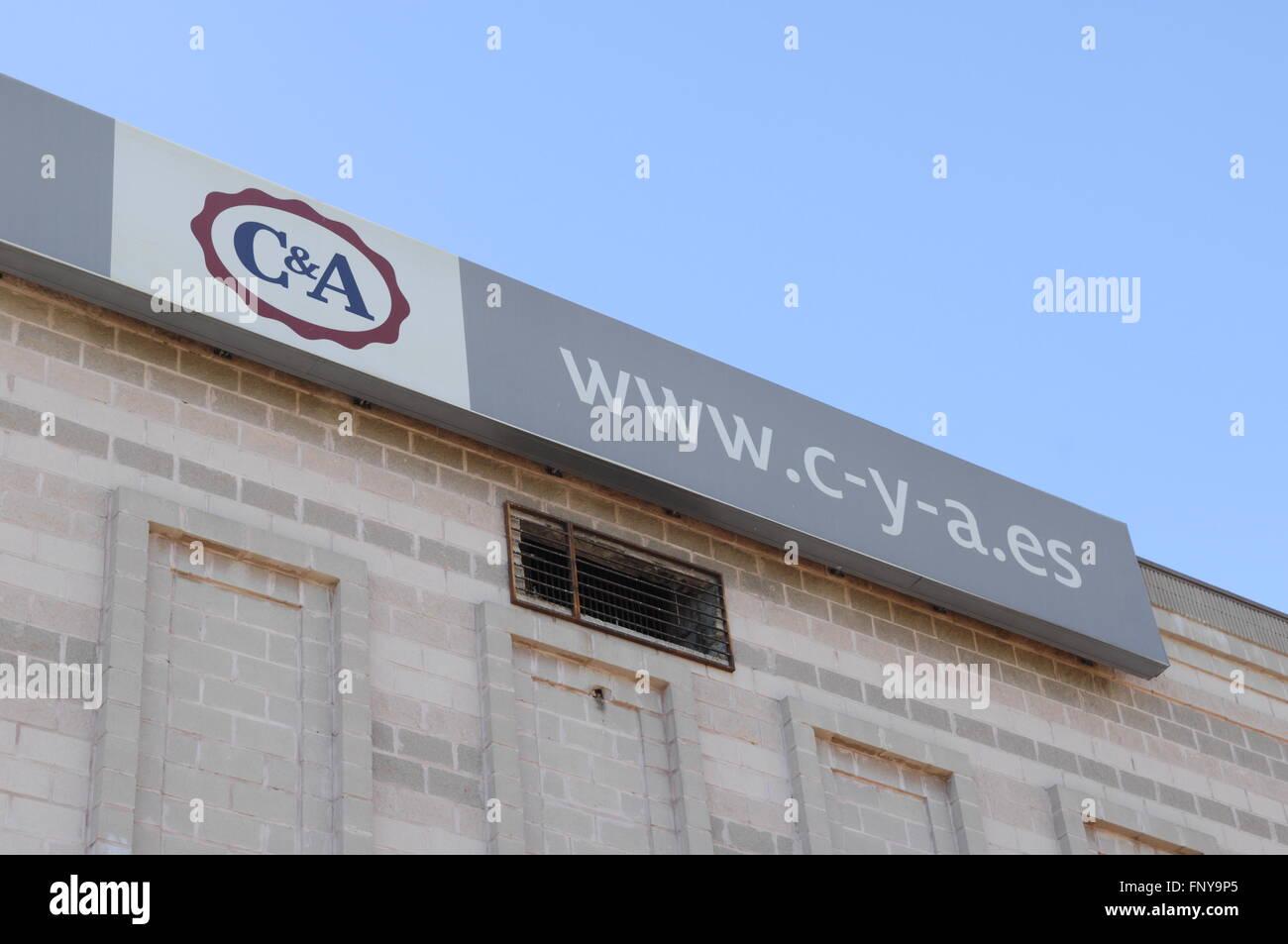 C&une affiche à l'extérieur de centre commercial de Malaga,Espagne,C&A est un détaillant Photo Stock