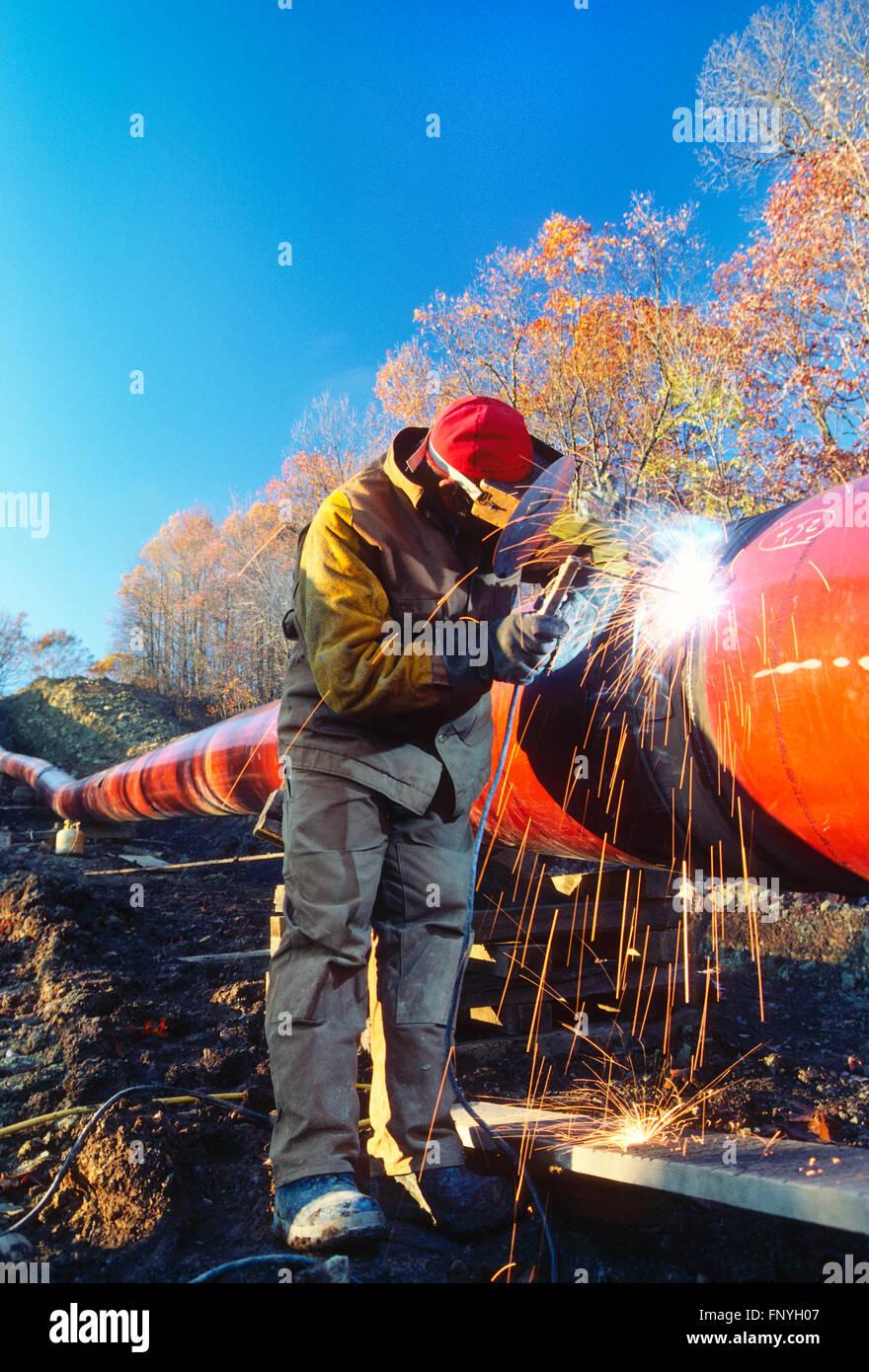 Man welding d'un pipeline dans la couture de la Virginie de l'Ouest rural; USA Photo Stock