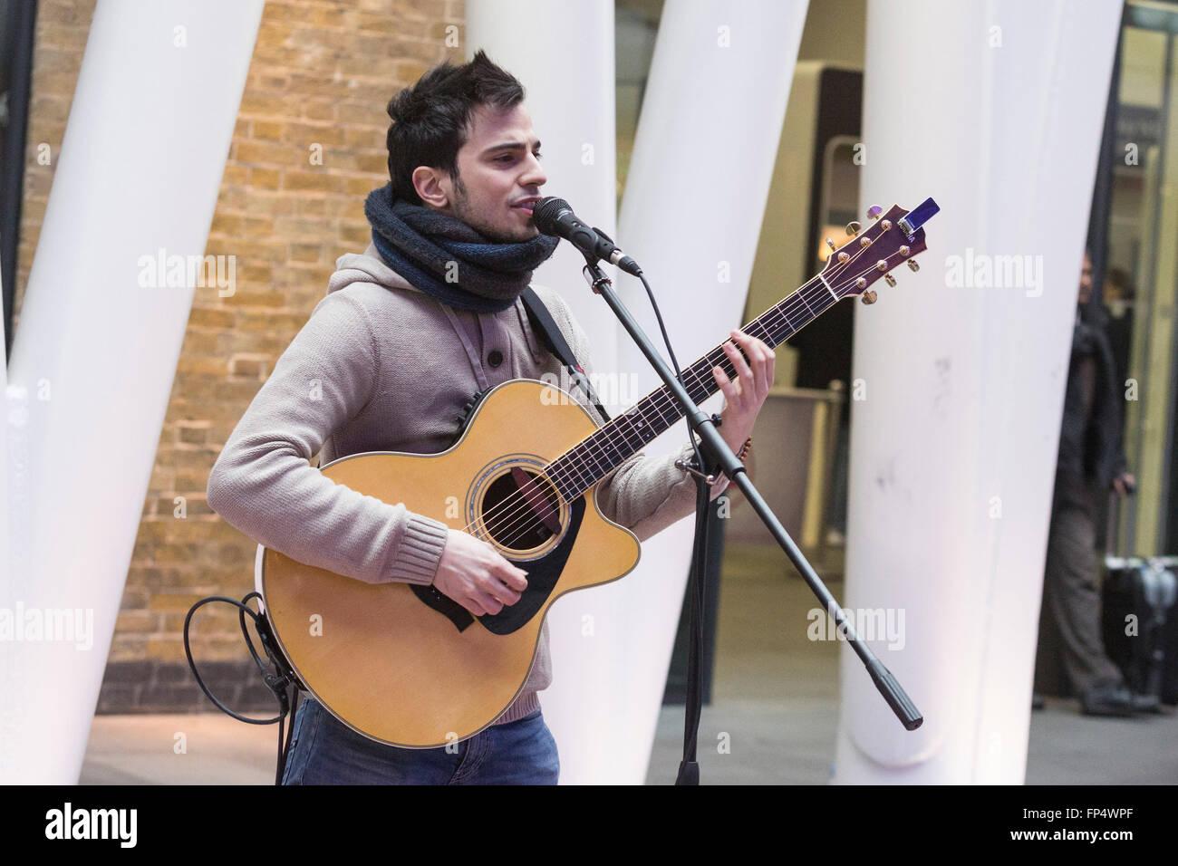Londres, Royaume-Uni. 16 mars 2016. Luca Fiore, lauréat du concours 2015 Busk à Londres, réalise dans le grand hall de la gare de Kings Cross. Banque D'Images