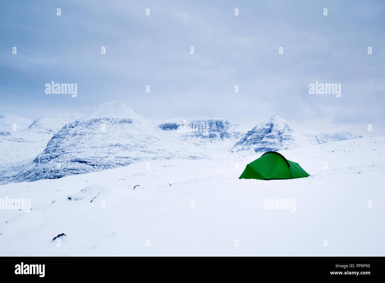 Une tente dans la neige de l'hiver dans les collines Torridon Beinn Eighe avec comme toile de fond, l'Ecosse Photo Stock