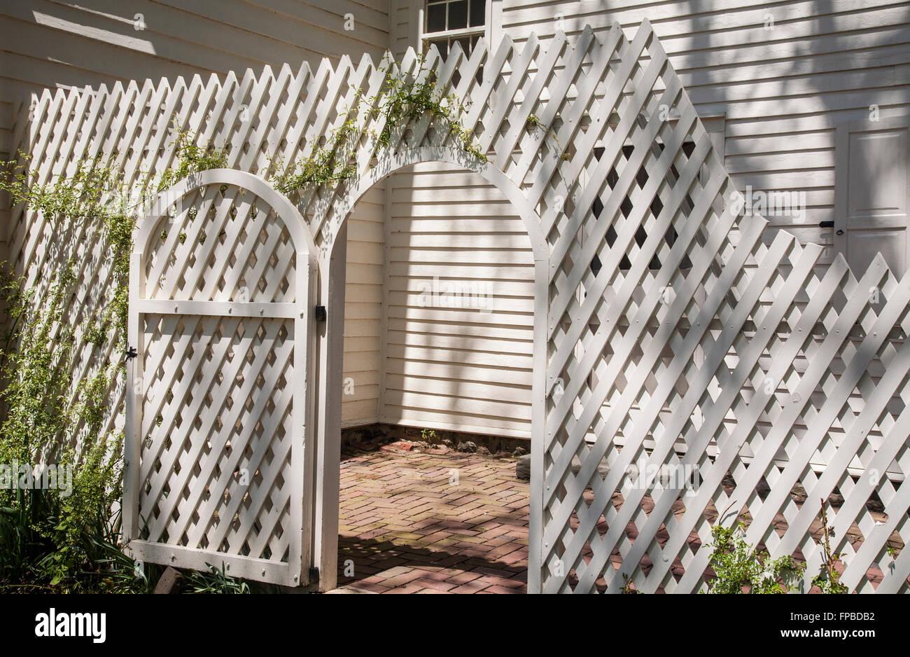 Mur de clôture en treillis blanc vintage en bois et porte du ...