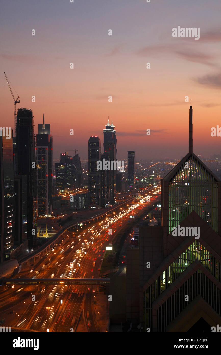 Le trafic sur la route au crépuscule, à Dubaï. Photo Stock