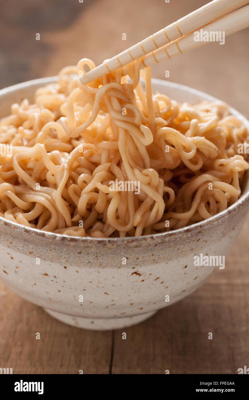 Nouilles Ramen dans un bol en céramique traditionnelle avec des baguettes Photo Stock