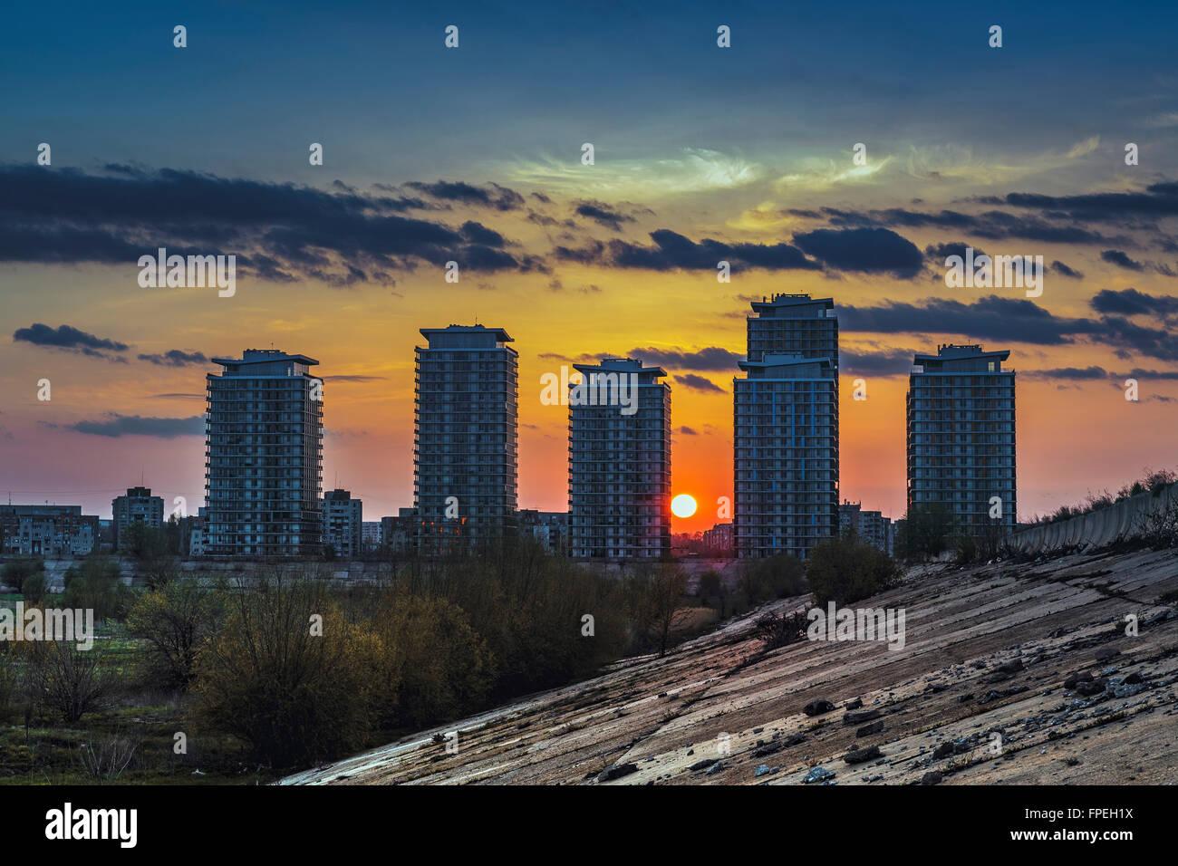 Un paysage idyllique avec coucher de soleil derri re des gratte ciel r sidentiel pr s du barrage - Pourquoi un coup de soleil gratte ...