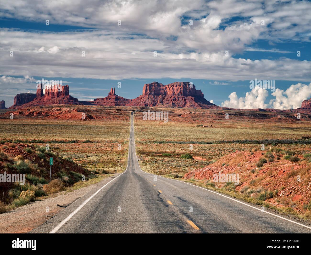 L'autoroute menant à Monument Valley. Utah/Arizona Photo Stock